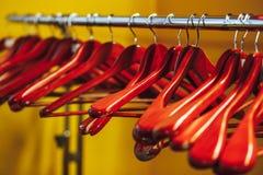Cintres en bois vides Photo stock