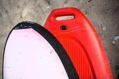Cintrez l'embout avant du kayak sur un sable brut Front Part de bateau orange-foncé de l'eau Sac de flottaison dans blanc sur image stock