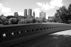 Cintrez le pont au Central Park et aux bâtiments de Manhattan dans le style noir et blanc Photo stock