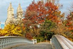 Cintrez le pont et tombez des couleurs dans le Central Park, Manhattan, New York image libre de droits