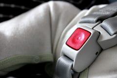 Cinturón de seguridad sujetado en asiento de coche de bebé Imagen de archivo libre de regalías