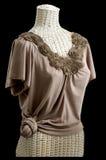 Cintura anudada blusa Sculpted del neckline de la flor Fotografía de archivo