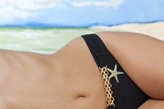 Cintura da mulher na praia Imagens de Stock Royalty Free
