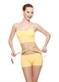 Cintura de medição da mulher com tipo da medida Fotos de Stock Royalty Free