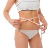 Cintura de medición de la mujer delgada con cinta métrica Imagen de archivo libre de regalías