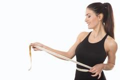 Cintura de medición de la mujer joven con cinta métrica Foto de archivo
