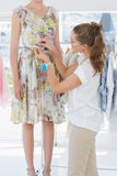Cintura de medición de los modelos del diseñador de moda de sexo femenino Imagen de archivo libre de regalías