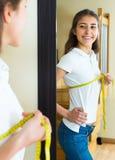 Cintura de medición del adolescente por centímetro Fotos de archivo