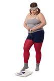 Cintura de medición y peso de la mujer gorda Fotos de archivo