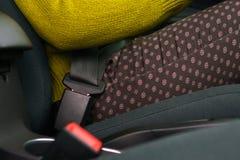 Cintura di sicurezza di sicurezza dell'automobile della legatura della donna mentre sedendosi dentro del veh immagini stock