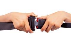 cintura di sicurezza di uso di due mani su fondo bianco Immagini Stock Libere da Diritti