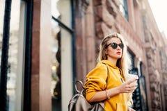 Cintura exterior acima do retrato da mulher bonita nova com cabelo longo Óculos de sol à moda vestindo modelo, roupa, guardando o Imagens de Stock