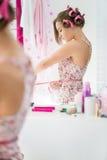 Cintura medida muchacha adolescente en cuarto de baño Foto de archivo