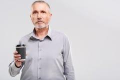Cintura para arriba de un pensionista con la taza Imagen de archivo