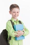 Cintura para arriba del colegial con la mochila, en el fondo blanco Imágenes de archivo libres de regalías