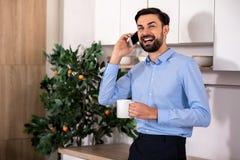Cintura para arriba del hombre de negocios alegre que habla en el teléfono imágenes de archivo libres de regalías