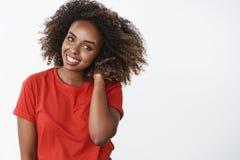 Cintura-para arriba tirada de mujer afroamericana hermosa blanda y rom?ntica con la mano afro de la tenencia del corte de pelo de imagen de archivo libre de regalías