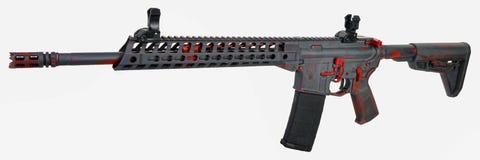 Cinza AR15 afligido com base vermelha e controles com um 30rd mag Foto de Stock