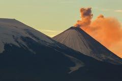 Cinza da emissão dos raios de um alvorecer de Klyuchevskoy do vulcão do sol imagem de stock royalty free