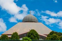 Cinza da mesquita contra o céu azul do verão Sandakan, Bornéu, Sabah, Malásia Fotos de Stock Royalty Free