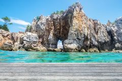 Cinza de madeira da prancha na ilha do penhasco da rocha Foto de Stock