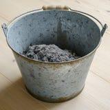 Cinza em uma cubeta do metal fotografia de stock