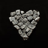 Cinza esmagado bonito em um fundo preto, coração de pedra do granito Foto de Stock
