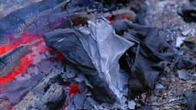 A cinza está encontrando-se após o fogo 4k UHD vídeos de arquivo