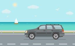 Cinza fora do carro da estrada na estrada perto do mar Fotos de Stock Royalty Free