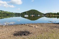 Cinzas do BBQ pelo lago bonito na manhã idílico calma do verão com reflexões da nuvem Fotografia de Stock Royalty Free
