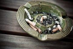 Cinzeiro com cigarros Imagem de Stock