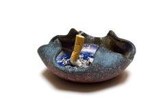 Cinzeiro com topo do cigarro Foto de Stock
