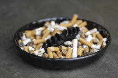 Cinzeiro completamente das pontas de cigarro Fotos de Stock