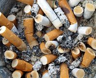 Cinzeiro do fundo completamente de pontas de cigarro fotografia de stock royalty free