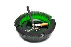 Cinzeiro e cigarro Fotografia de Stock