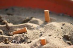 Cinzeiro na areia Fotografia de Stock