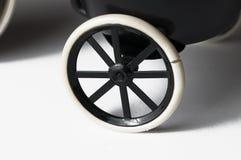 Cinzeiro sob a forma de uma bicicleta em um fundo branco Copie o espa?o fotografia de stock