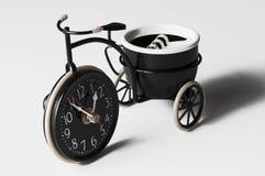 Cinzeiro sob a forma de uma bicicleta em um fundo branco Copie o espa?o foto de stock