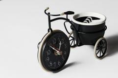 Cinzeiro sob a forma de uma bicicleta em um fundo branco Copie o espa?o imagens de stock royalty free