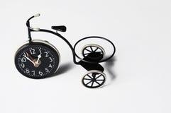 Cinzeiro sob a forma de uma bicicleta em um fundo branco Copie o espa?o foto de stock royalty free