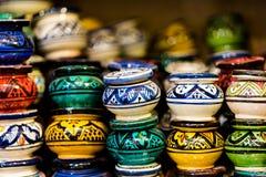 Cinzeiros coloridos feitos a mão e pintados arranjados na loja s das fileiras o imagens de stock