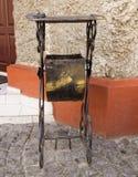 Cinzeladura da cesta de lixo fotografia de stock