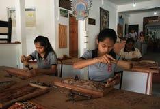 Cinzeladura da madeira das jovens mulheres imagem de stock royalty free