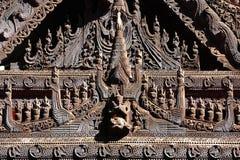 Cinzeladura da madeira de Myanmar fotos de stock