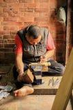 Cinzeladura da madeira do Nepali Bhaktapur, Nepal Foto de Stock