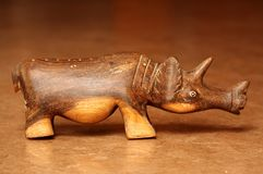 Cinzeladura da madeira do rinoceronte Fotos de Stock Royalty Free