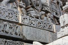 Cinzeladura da parede do templo de Hoysaleswara do rato sob os pés do deus do elefante do ganesha do senhor fotografia de stock