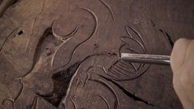 Cinzeladura de madeira Carver com formão e martelo filme