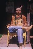 A cinzeladura de madeira do nativo americano vestiu-se na calças de ganga, OU Fotos de Stock Royalty Free