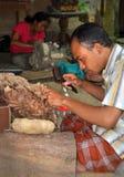 Cinzeladura de madeira, Mas Bali Indonésia Fotos de Stock Royalty Free